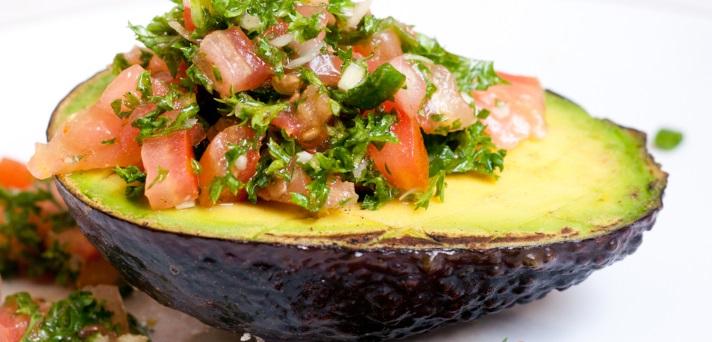 Pečen avokado, polnjen s kvinojo in zelenjavo