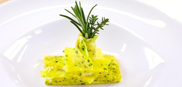 Omleta z jajci, zelišči in šunko