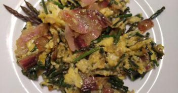Šparglji z jajci in slanino