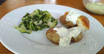 Potlačen hrustljav zlato-rjav krompir (čompe) z zelenjavo