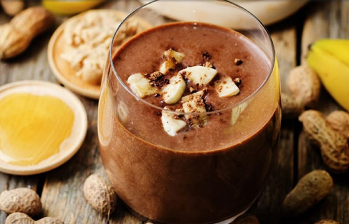 Čokoladni beljakovinski napitek z arašidovim maslom