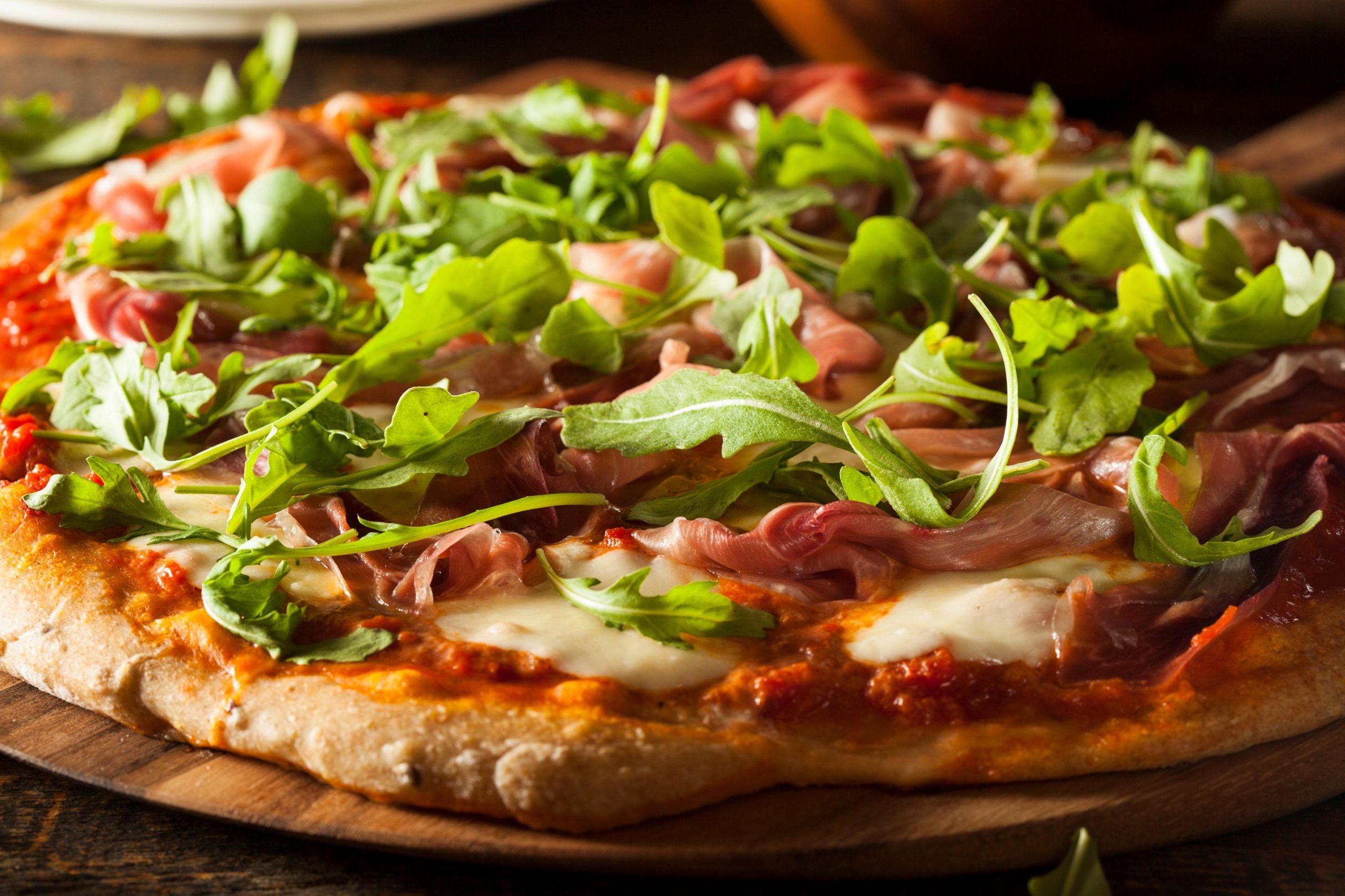 Pica s pršutom in rukolo