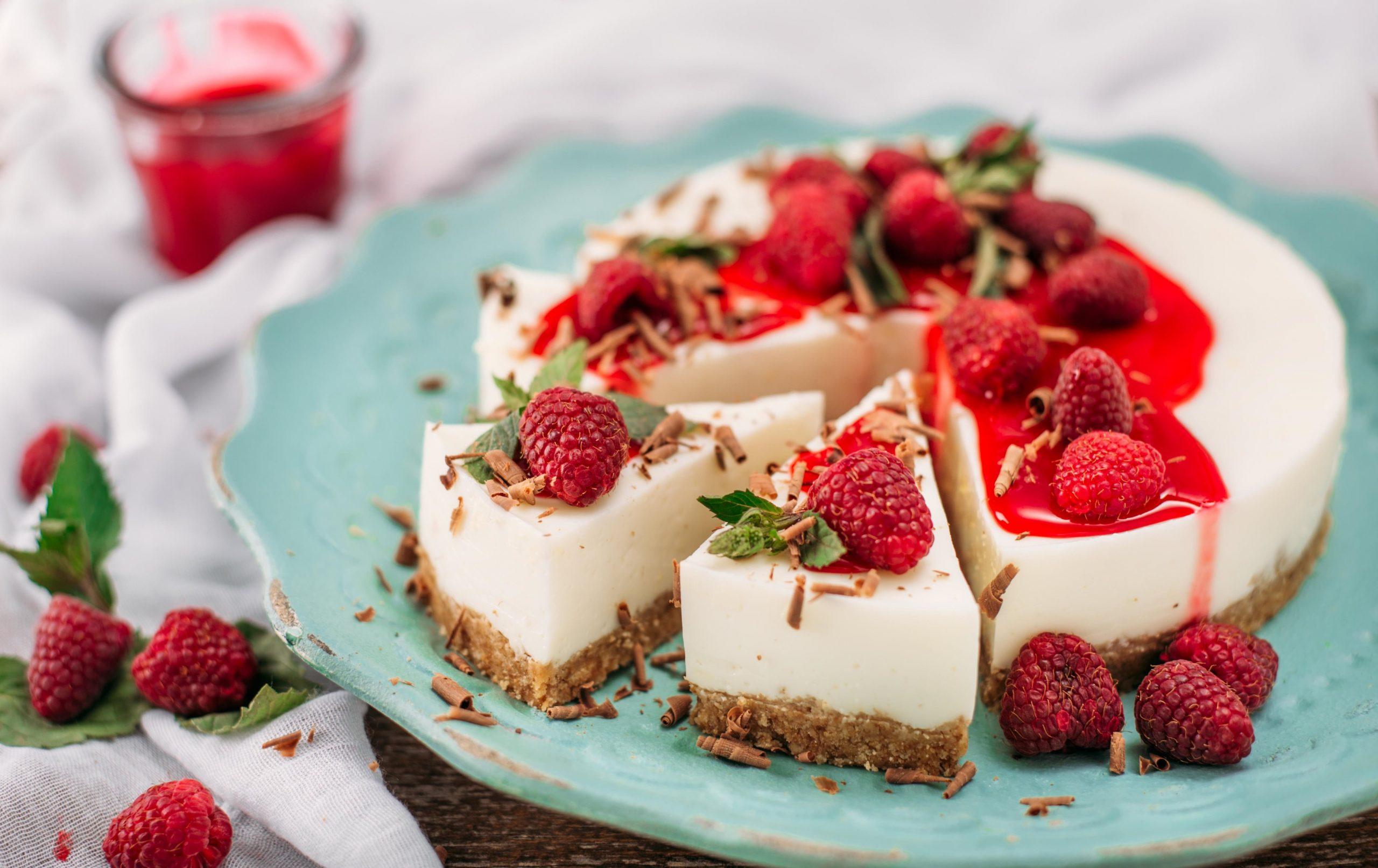 Jogurtova torta z malinami