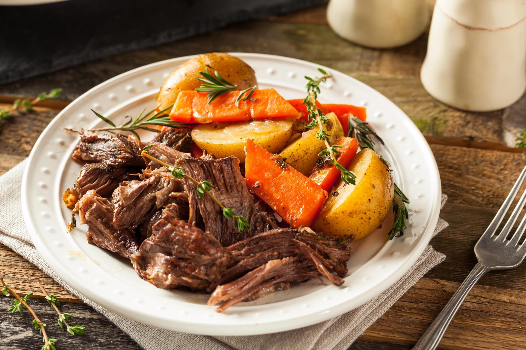 Dušeno meso s krompirjem in korenjem