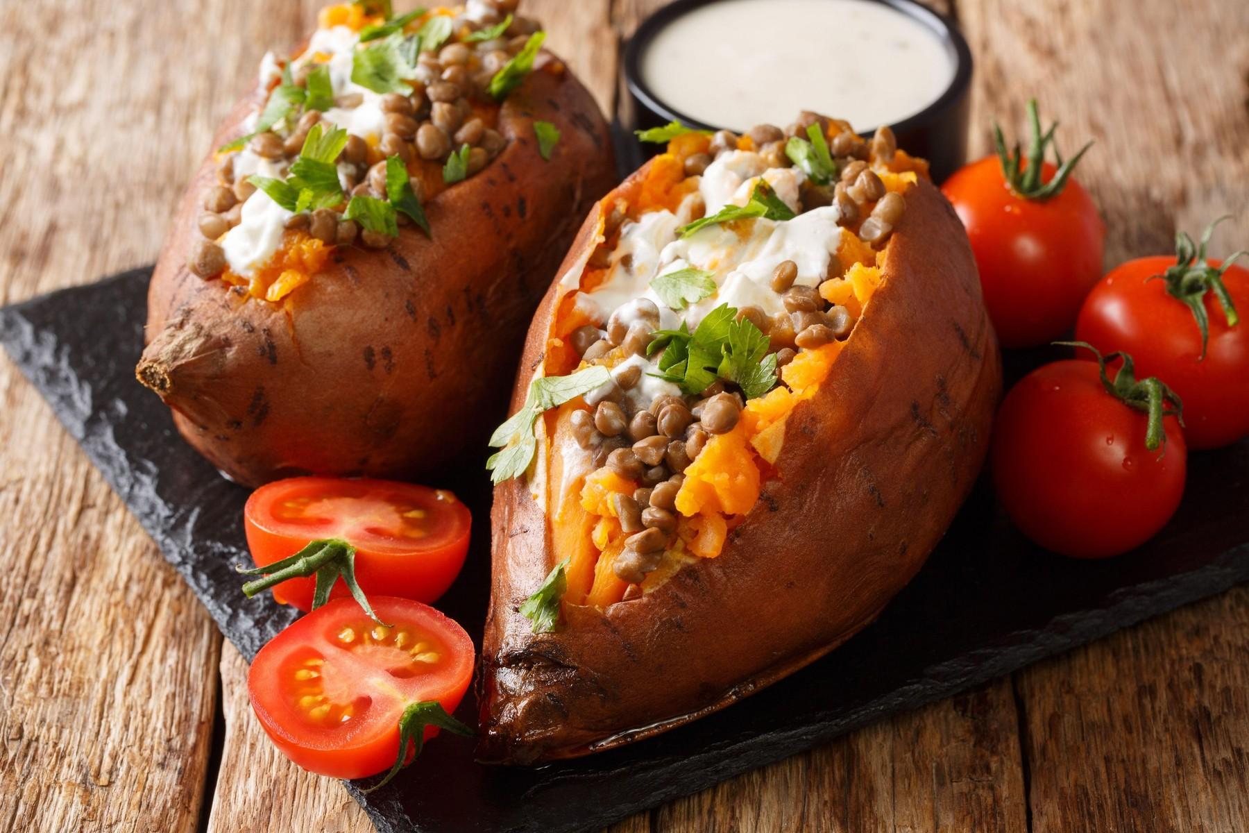 Polnjen sladek krompir z lečo