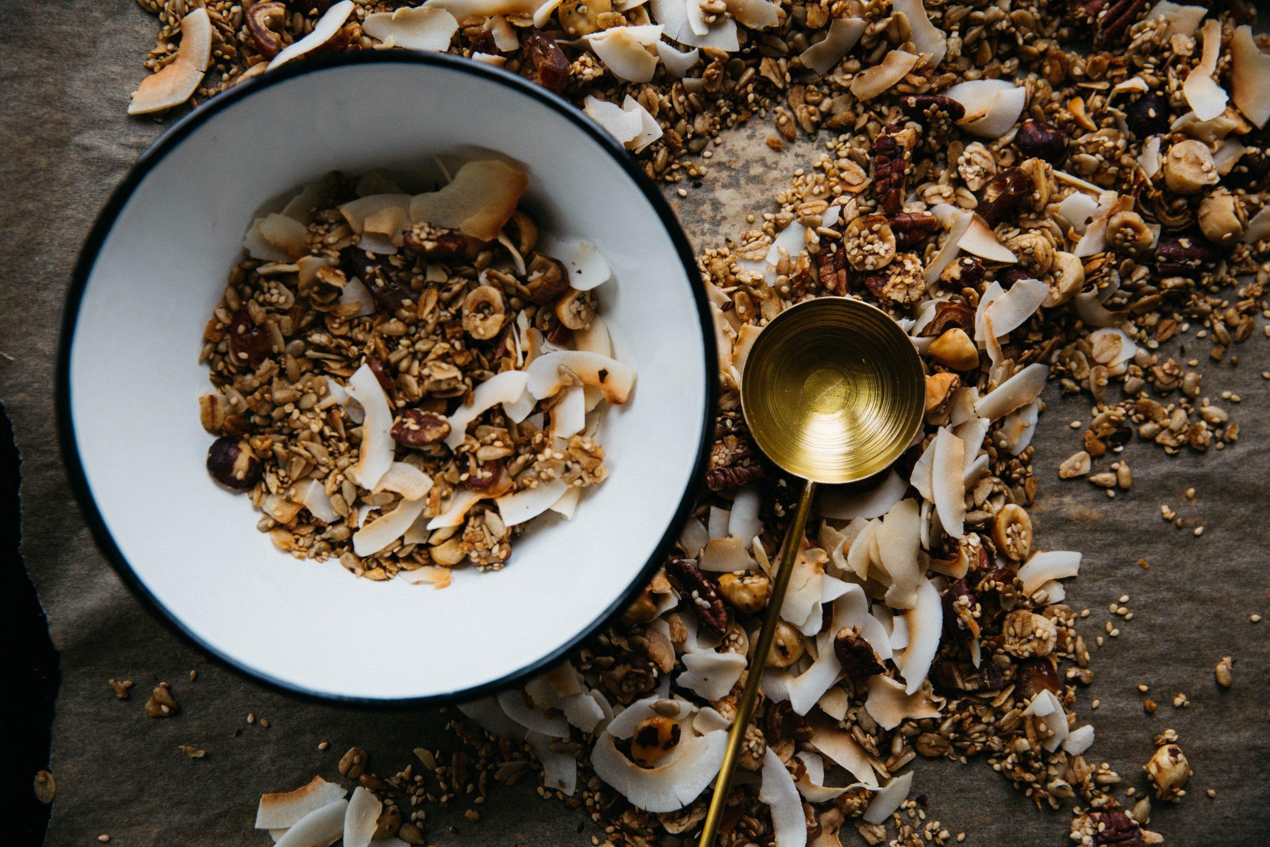 Granola z lešniki in kokosom