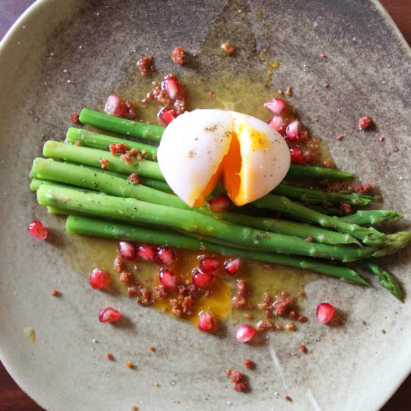 Šparglji s trdo kuhanim jajcem
