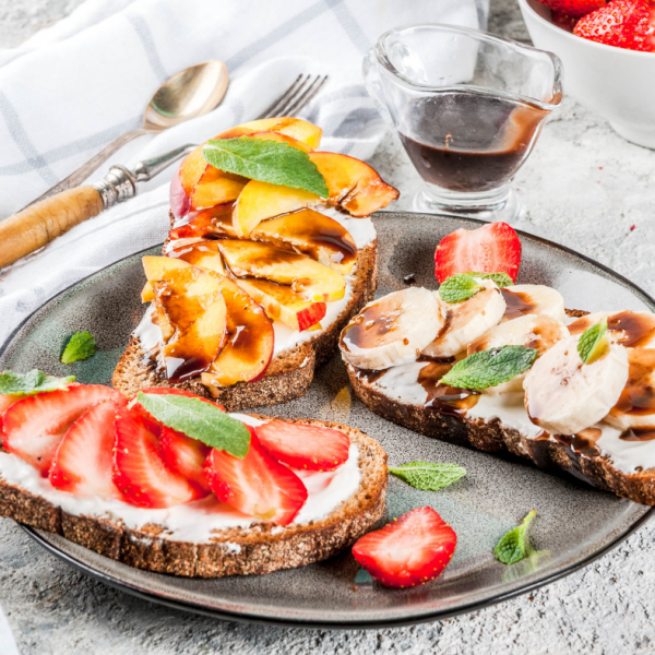 Polnozrnati kruh s skuto in sadjem