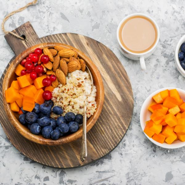 Jesenska kvinojina skleda s sadjem